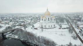 Morshanskstad Rusland Het Ipatiev-Klooster is een mannelijk klooster, gelegen aan de bank van de Kostroma-Rivier enkel tegenover  stock videobeelden