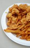 Morsi e patate fritte fritti dell'alligatore immagini stock