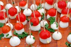 Morsi gastronomici delle uova e dei pomodori ciliegia di quaglia con prezzemolo Fondo dell'alimento gastronomico Modello di conce fotografia stock libera da diritti