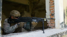 Morska żołnierza montażu flinta na okno bronić rujnującego budynek zbiory wideo