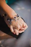 Morska bransoletka na dziewczyny ręce Zdjęcie Stock