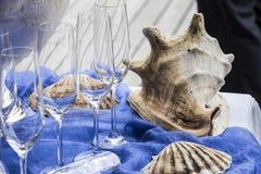 Morska bufet dekoracja z ogromną skorupą i szkłami obraz royalty free