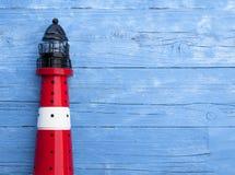 Morska dekoracja z skorupami, rozgwiazda, żeglowanie statek, sieć rybacka na błękita dryfu drewnie zdjęcie stock