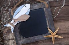 Morska dekoracja z skorupami, rozgwiazda, żeglowanie statek, sieć rybacka na błękita dryfu drewnie fotografia royalty free