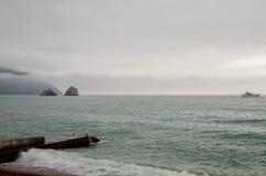Morska sceneria z dalekimi falezami i jachtem Zdjęcie Royalty Free