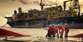 Morska załoga praca przy aft pokładem podczas wieczór fotografia stock