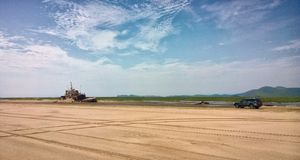 Morski holownik i samochód obrazy stock