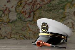 Morski oficer, Admiral, statku wojennego kapitanu kapelusz z Dymić Tabaczną drymbę na Drewnianym stole przed Antykwarską mapą świ ilustracja wektor