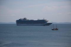 Morski statek wycieczkowy i mała żaglówka Fotografia Royalty Free