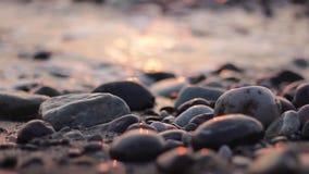 Morski wieczór przypływ, otoczaki, fala zbiory