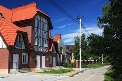 MORSKOE, KALININGRAD-GEBIED, RUSLAND - JUNI 19, 2011: Nieuwe plattelandshuisjes in de stijl van helft-betimmerde huizen in Morsko Stock Fotografie