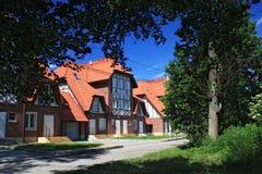 MORSKOE, KALININGRAD-GEBIED, RUSLAND - JUNI 19, 2011: Nieuwe plattelandshuisjes in de stijl van helft-betimmerde huizen in Morsko Royalty-vrije Stock Afbeeldingen