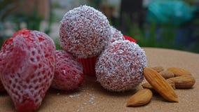 Morsures de fraise et d'almong sur une table photo libre de droits