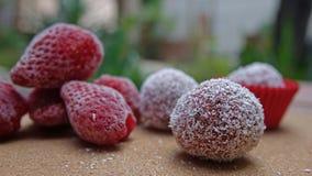 Morsures de fraise sur une table images stock