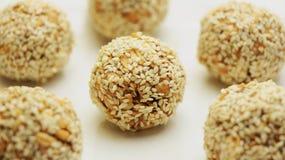 Morsures saines de granola d'énergie couvertes de graines de sésame Vegan, casse-croûte cru végétarien ou repas image libre de droits