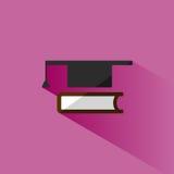 Mortaboard con l'icona del libro su fondo rosa Immagine Stock