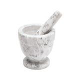Mortaio bianco e grigio e pestello di marmo isolati su una superficie bianca Immagine Stock