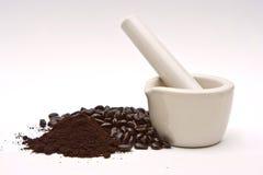 Mortaio, chicchi di caffè e frantumazione Fotografia Stock Libera da Diritti