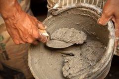 Mortaio del cemento in secchio immagine stock