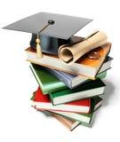 Mortaio di graduazione in cima ai libri royalty illustrazione gratis