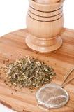 Mortaio di legno con tè fatto dal filtro del metallo e del basilico Fotografia Stock Libera da Diritti