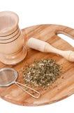 Mortaio di legno con tè fatto dal filtro del metallo e del basilico Immagini Stock