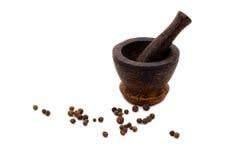 Mortaio di legno culinario con pepe nero Fotografia Stock