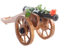 Mortaio di legno decorativo d'annata con le rose di fioritura Immagine Stock