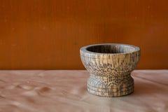 Mortaio di legno sulla natura morta del tessuto Fotografia Stock