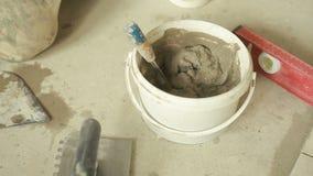 Mortaio di miscelazione in un secchio video d archivio