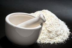 Mortaio e pestello con la polvere bianca fine della medicina Immagini Stock