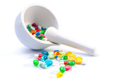 Mortaio e pestello con le pillole Immagini Stock