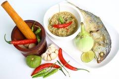Mortaio ed ingredienti per la cottura e salsa di peperoncino rosso, sgombro fritto su fondo bianco Immagine Stock Libera da Diritti