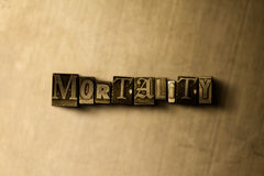 MORTALITEIT - close-up van grungy wijnoogst gezet woord op metaalachtergrond Royalty-vrije Stock Fotografie