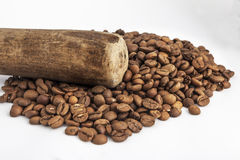 Mortar and pestle with coffee seeds Royalty Free Stock Photos