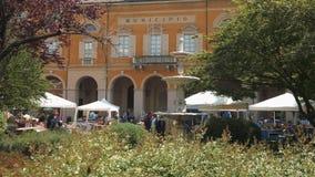 Mortara, Ιταλία - το Μάιο του 2016 circa: Thrift κατάστημα μπροστά από το Δημαρχείο απόθεμα βίντεο