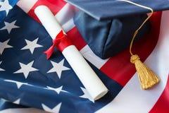 Mortarboard i dyplom na flaga amerykańskiej Obrazy Royalty Free