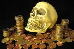 Morte e crânio e moeda do conceito do dinheiro Fotografia de Stock Royalty Free