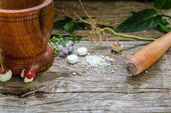 Mortel med mortelstöten på träbakgrund Arkivfoton