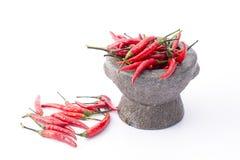 Mortel med peppar för röd chili på vit Royaltyfri Fotografi