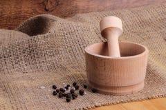 Mortel med peppar och mortel för ‹för †för havssalt och trä Arkivbilder