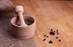 Mortel med peppar och mortel för ‹för †för havssalt och trä Fotografering för Bildbyråer