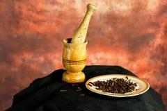 Mortel och mortelstöt med kryddnejlikor Royaltyfria Foton