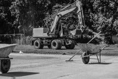 Mortelvagnar och muddrar på en konstruktionsplats Arkivbild