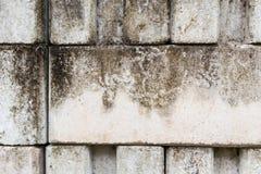 Mortero áspero sucio blanco de la pared de ladrillo que entrelaza fotografía de archivo libre de regalías