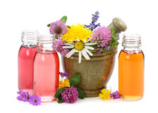 Mortero con las flores frescas y el petróleo esencial Fotografía de archivo