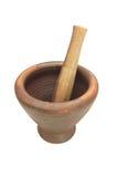 Mortero de la arcilla y maja de madera Foto de archivo libre de regalías