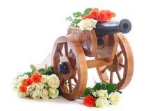 Mortero de madera decorativo del vintage con las rosas florecientes Imagenes de archivo