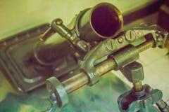Mortero viejo arma de 81 milímetros que compuso de un embase, de un barril que comprendía el trasero, y de un bipod y capaz de tr Imagen de archivo