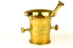 Mortero y maja de cobre amarillo antiguos Fotografía de archivo